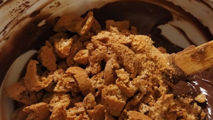 Προσθήκη των σπασμένων μπισκότων Amaretti στο μείγμα μωσαϊκού