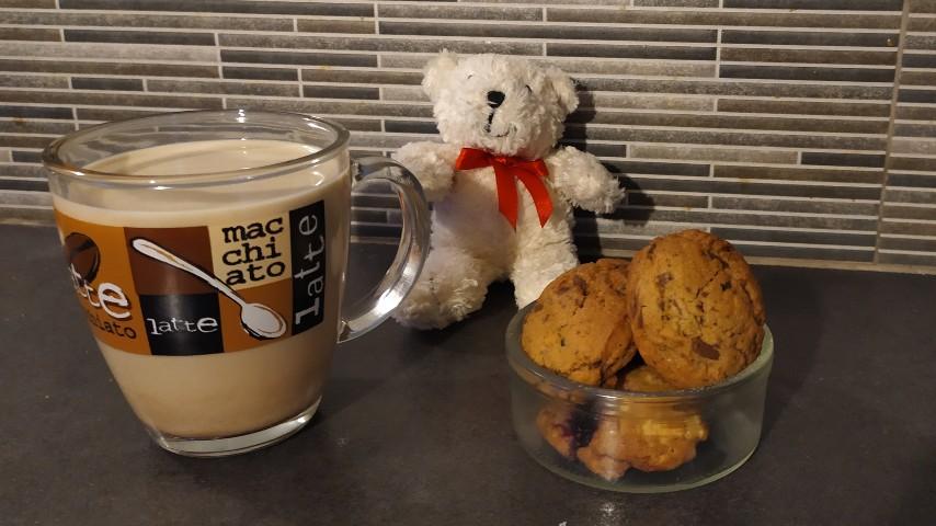 Ο Ρούπερτ το αρκουδάκι, μια κούπα με γάλα και ένα μπωλάκι με cookies στον πάγκο της κουζίνας