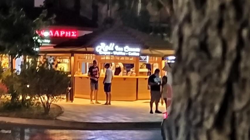 Το Kιόσκι Roll Ice Cream στο Λαύριο από μακριά