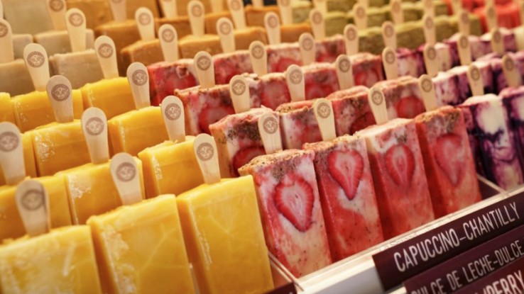 Display of paletas made with 100% natural ingredients at MoreliaGourmet Paletas