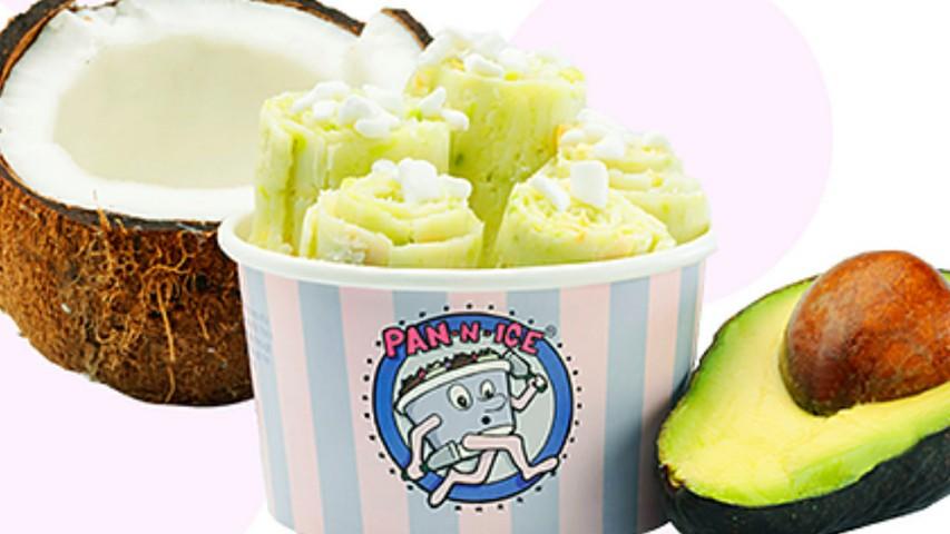 Μπωλάκι με vegan rolled ice cream με αβοκάντο και καρύδα από το Pan-n-ice στο Λονδίνο